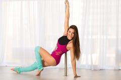 Bella giovane donna del ballerino del palo in uno studio Immagine Stock