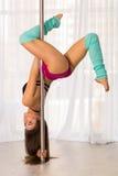 Bella giovane donna del ballerino del palo in uno studio Fotografie Stock
