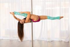 Bella giovane donna del ballerino del palo in uno studio Immagini Stock