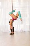 Bella giovane donna del ballerino del palo in uno studio Immagini Stock Libere da Diritti