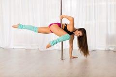 Bella giovane donna del ballerino del palo in uno studio Fotografie Stock Libere da Diritti