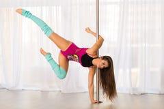 Bella giovane donna del ballerino del palo in uno studio Immagine Stock Libera da Diritti