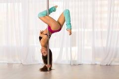 Bella giovane donna del ballerino del palo in uno studio Fotografia Stock Libera da Diritti
