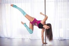 Bella giovane donna del ballerino del palo in uno studio Fotografia Stock