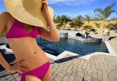 Bella giovane donna del bikini al raggruppamento immagini stock