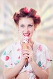 Bella giovane donna del pinup che mangia cono gelato immagine stock