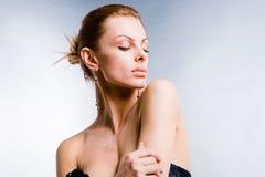 Bella giovane donna del ritratto con i grandi orli Fotografia Stock
