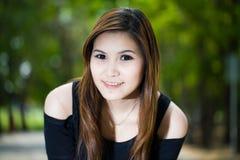 Bella giovane donna del ritratto su fondo verde Fotografie Stock