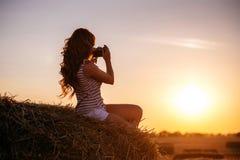 Bella giovane donna della testarossa con la macchina fotografica d'annata immagine stock libera da diritti