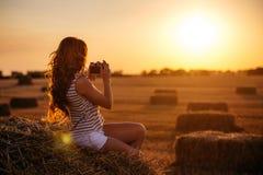 Bella giovane donna della testarossa con la macchina fotografica d'annata fotografie stock libere da diritti