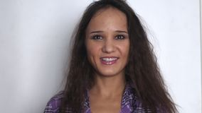 Bella giovane donna di affari castana che guarda e che sorride sopra il fondo bianco Movimento lento 3840x2160 stock footage