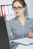 Bella giovane donna di affari che lavora ad un computer portatile nell'ufficio Immagine Stock