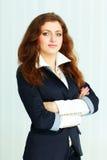 Bella giovane donna di affari che sta con le armi piegate Fotografia Stock Libera da Diritti