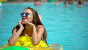 Bella giovane donna di estate Divertimento di havin della ragazza del bikini nella piscina tropicale Donna che prende sunbath Il  archivi video