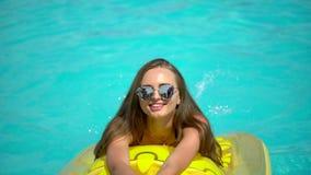 Bella giovane donna di estate Ragazza del bikini che si rilassa nella piscina tropicale Donna che prende sunbath Il concetto stock footage