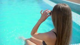 Bella giovane donna di estate Ragazza del bikini che si rilassa nella piscina tropicale Donna sexy che prende sunbath Il concetto stock footage
