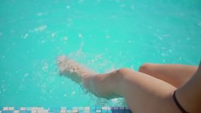 Bella giovane donna di estate Ragazza del bikini che si rilassa nella piscina tropicale Donna sexy che prende sunbath Il concetto video d archivio