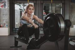 Bella giovane donna di forma fisica che risolve alla palestra immagine stock