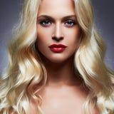 Bella giovane donna di lusso con i capelli biondi sani del ricciolo immagini stock libere da diritti