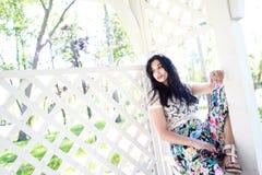 Bella giovane donna in di melo Fotografie Stock Libere da Diritti