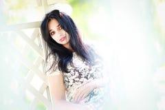 Bella giovane donna in di melo Fotografie Stock