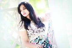 Bella giovane donna in di melo Fotografia Stock Libera da Diritti