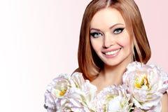 Bella giovane donna di sorriso con i grandi fiori Fotografia Stock Libera da Diritti