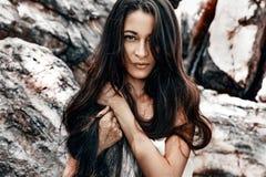 Bella giovane donna di stile di boho con capelli molto lunghi all'aperto po Fotografia Stock