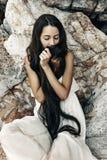 Bella giovane donna di stile di boho in vestito bianco Fotografia Stock