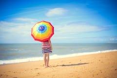 Bella giovane donna dietro il grande ombrello dell'arcobaleno Fotografia Stock Libera da Diritti