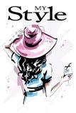 Bella giovane donna disegnata a mano in cappello Ragazza elegante alla moda che tiene un vetro Parte posteriore della donna di mo illustrazione vettoriale