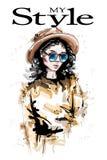 Bella giovane donna disegnata a mano in cappello Sguardo elegante alla moda della ragazza Ritratto della donna di modo illustrazione di stock
