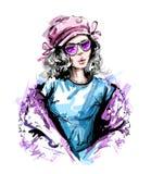 Bella giovane donna disegnata a mano in cappuccio Sguardo elegante alla moda della ragazza Ritratto della donna di modo royalty illustrazione gratis