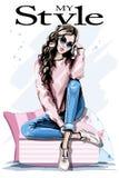 Bella giovane donna disegnata a mano che si siede sui cuscini molli Donna di modo in occhiali da sole Attrezzatura alla moda illustrazione di stock