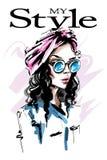 Bella giovane donna disegnata a mano con la fascia sui suoi capelli Ragazza elegante alla moda Ritratto della donna di modo illustrazione di stock