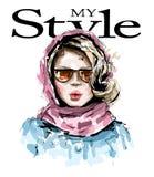Bella giovane donna disegnata a mano con la sciarpa rosa sulla sua testa Ragazza elegante alla moda Sguardo della donna di modo royalty illustrazione gratis