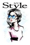 Bella giovane donna disegnata a mano in occhiali da sole Ragazza elegante alla moda Ritratto della donna di modo illustrazione di stock