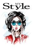 Bella giovane donna disegnata a mano in occhiali da sole Ragazza elegante alla moda Ritratto della donna di modo royalty illustrazione gratis