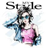 Bella giovane donna disegnata a mano in occhiali da sole Ragazza elegante alla moda in rivestimento dei jeans Ritratto della donn royalty illustrazione gratis