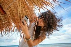 Bella giovane donna divertendosi alla spiaggia Fotografia Stock Libera da Diritti