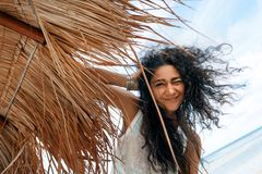 Bella giovane donna divertendosi alla spiaggia Immagine Stock Libera da Diritti