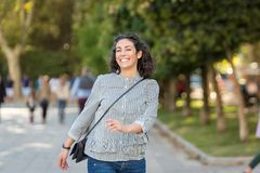 Bella giovane donna divertendosi nel parco fotografia stock libera da diritti