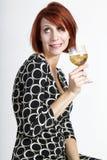 Bella giovane donna divertente con vetro di vino fotografie stock