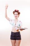 Bella giovane donna elegante con gelato ed il libro che posano come statua della libertà che guarda in camera isolata su fondo bi Fotografie Stock Libere da Diritti
