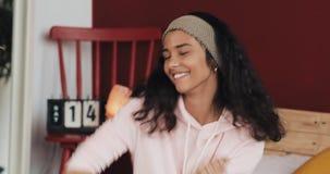 Bella giovane donna facendo uso dello sguardo di risata dello smartphone sorpreso godendo delle buone notizie che chiacchiera all video d archivio