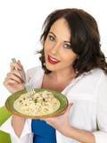 Bella giovane donna felice che tiene un piatto della pasta di Carbonara degli spaghetti Fotografia Stock Libera da Diritti
