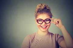 Bella giovane donna felice con sorridere di vetro Fotografia Stock
