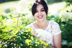 Bella giovane donna in fiori Immagini Stock Libere da Diritti