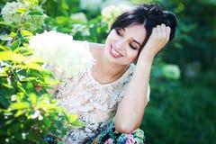Bella giovane donna in fiori Immagine Stock