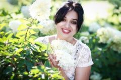 Bella giovane donna in fiori Immagini Stock
